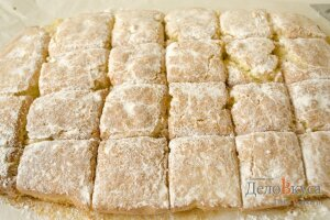 Лимонный пирог: Посыпать пирог сахарной пудрой