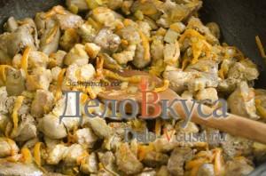 Печеночный паштет: Добавить к луку печень, морковь и свинину