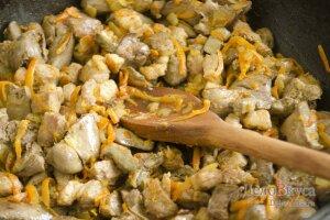 Паштет из печени: Добавить к луку печень, морковь и свинину