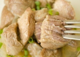 Тушеное мясо с луком