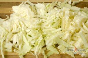 Тушеная капуста с черносливом: Порезать капусту