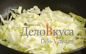 Тушеная капуста с черносливом: Кладем капусту в сковородку