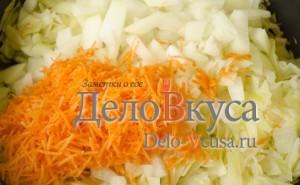 Тушеная капуста с черносливом: Добавить морковку и лук