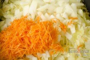 Капуста тушеная с черносливом: Добавляем морковку и лук