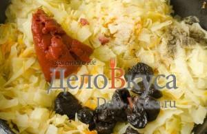 Тушеная капуста с черносливом: Добавить томатную пасту и чернослив