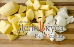 Драники из картошки: Картошку и лук очистить