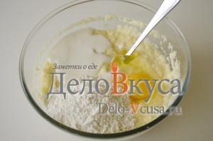 Драники из картошки: Добавить яйца и сметану