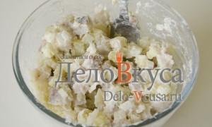 Селедка под шубой: Перемешать селедку, картошку и лук