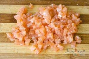 Салат под шубой: Порезать слабосоленую семгу