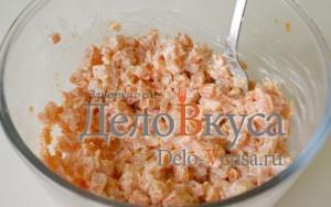 Селедка под шубой: Перемешать морковь и семгу
