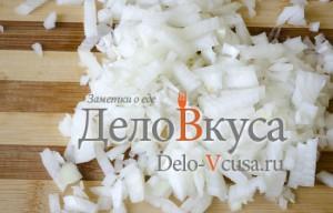 Стручковая фасоль: Порезать лук кубиками