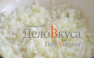 Стручковая фасоль: Кладем лук на разогретое растительное масло