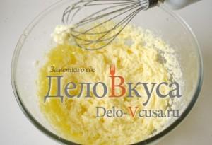 Печенье с кокосовой стружкой и шоколадом: Взбиваем яйцо с маслом