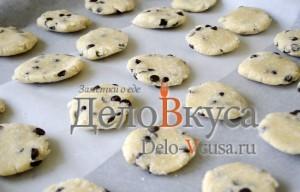Печенье с кокосовой стружкой и шоколадом: Кладем печенье на противень