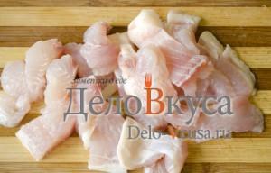Простая уха из филе пангасиуса: Порезать филе рыбы