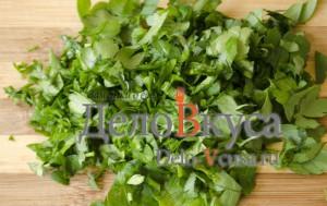 Простая уха из филе пангасиуса: Покрошить зелень