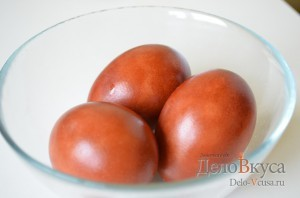 Пасхальные яйца в луковой шелухе