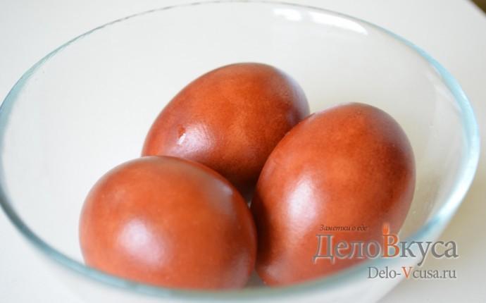 Красим пасхальные яйца в цвет охра в луковой шелухе
