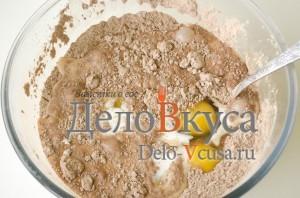 Сладкие роллы: Добавить яйца и молоко