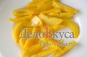 Сладкие роллы из блинчиков: Нарезать персики