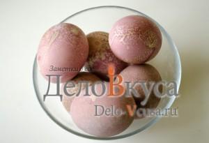 Красим пасхальные яйца в розовый цвет соком свеклы: фото к шагу 5.