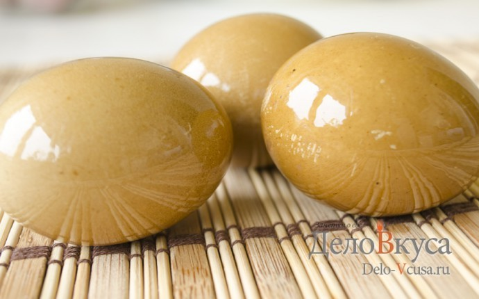 Красим пасхальные яйца в оранжево-коричневый цвет соком свеклы