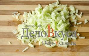 Салат из болгарского перца и ветчины: Порезать огурец