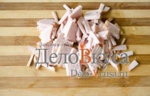 Салат из болгарского перца и ветчины: Порезать ветчину