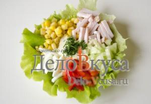 Салат из болгарского перца и ветчины: Салат сервировать