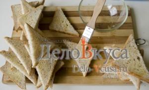Бутерброды со шпротами: Хлеб порезать ломтиками и смазать маслом