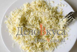 Бутерброды со шпротами: На средней терке натереть яйца и сыр