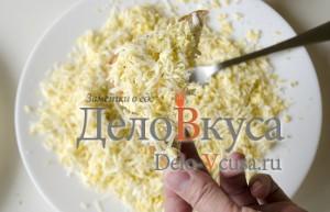 Бутерброды со шпротами: Посыпать гренку смесью сыра и яйца