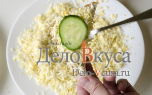 Бутерброды со шпротами: Уложить на бутерброд ломтик огурца
