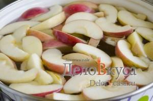 Компот из яблок и алычи: Добавить сахар и фрукты