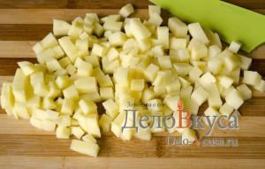 Суп из плавленных сырков с шампиньонами: Порезать картошку