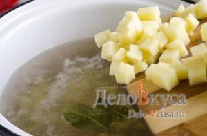 Куриный суп с плавленым сыром: Добавить картошку в кастрюлю