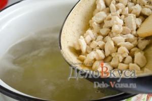 Куриный суп с плавленым сыром: Добавить курицу в кастрюлю