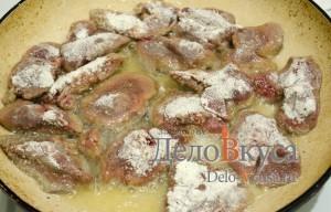 Куриная печень жареная: Кладем печень на разогретую сковородку