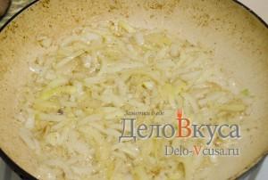 Куриная печень жареная: Обжариваем лук до готовности