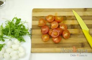 Закуска из моцареллы и помидор на шпажках: Порезать помидоры