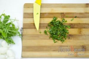 Закуска из моцареллы и помидор на шпажках: Измельчить базилик
