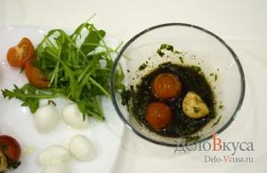 Закуска из моцареллы и помидор на шпажках: Замариновать сыр и томаты