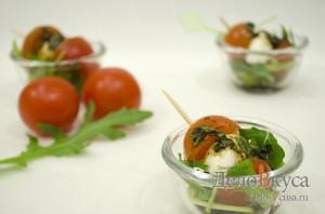 Закуска из моцареллы и помидор на шпажках
