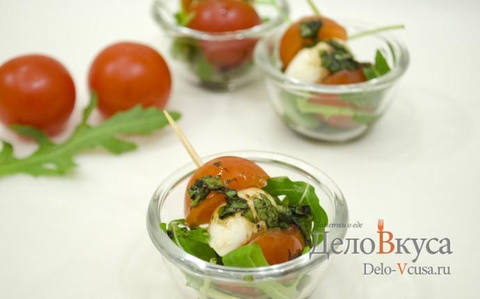 Закуска из моцареллы с помидорами на шпажках