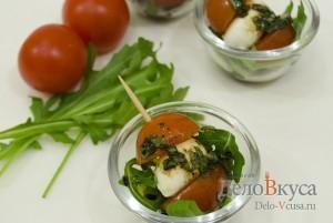 Закуска из моцареллы и помидор на шпажках: Сервируем по вкусу