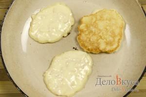 Оладьи с яблоками: Обжариваем оладьи с двух сторон до румяного цвета