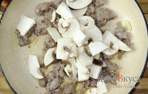 Зеленый горошек с грибами и мясным фаршем на гарнир: фото к шагу 4.