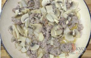 Зеленый горошек с грибами и мясным фаршем на гарнир: фото к шагу 5.