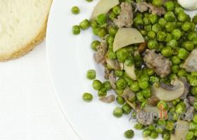 Зеленый горошек с грибами и мясным фаршем на гарнир