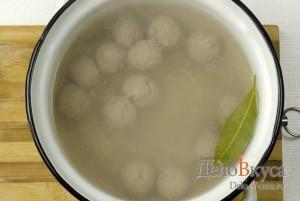 Суп с фрикадельками: Кладем фрикадельки в кипяток